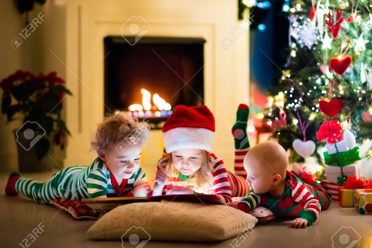 Happy Kleine Kinder In Passender Rot Grun Gestreiften Pyjama