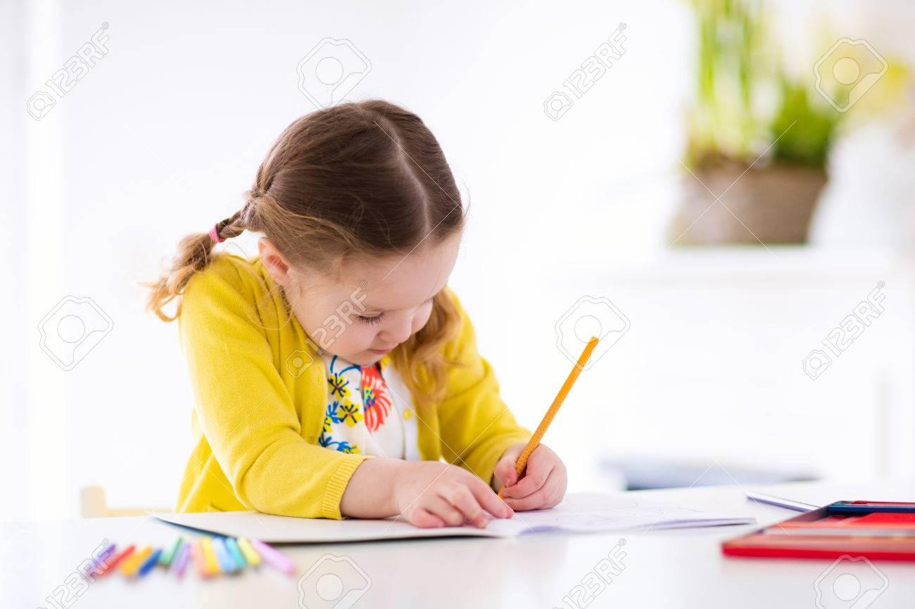 Nettes Kleines Mädchen Hausaufgaben, Ein Buch, Malvorlagen ...