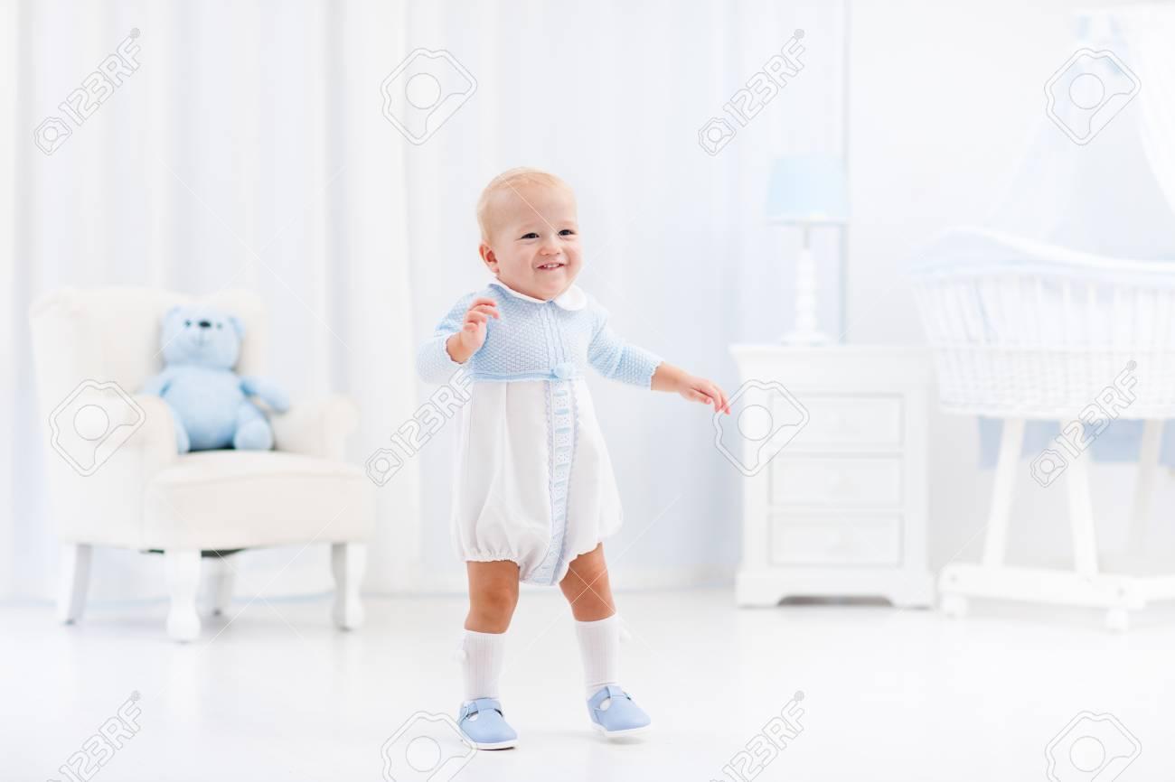 Primeros Pasos Del Bebé Que Aprende Caminar En La Habitación Soleada ...