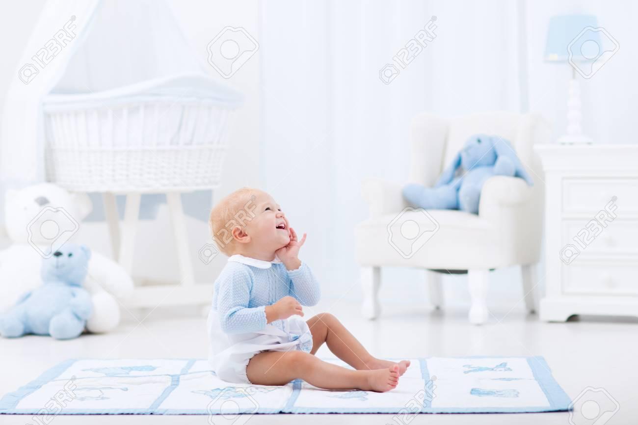 Bebé Adorable Que Juega En Blanco Soleado Dormitorio. Niño Feliz Que ...