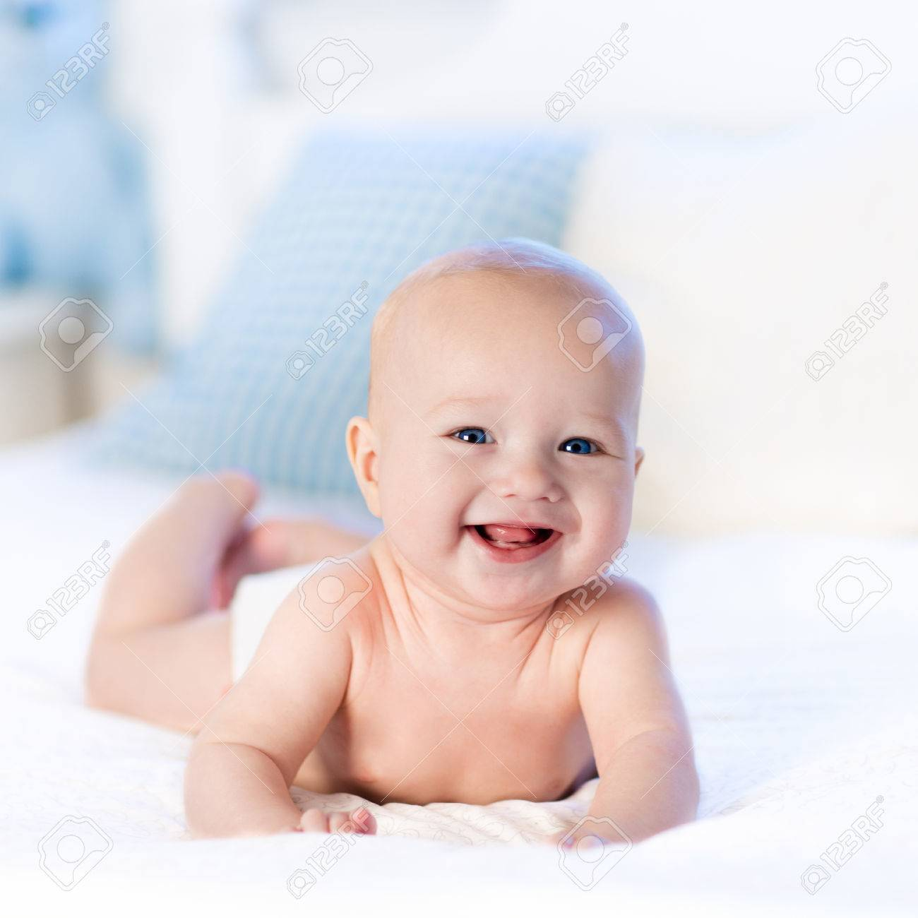 baby jongen draagt luier in het wit zonnige slaapkamer pasgeboren kind ontspannen in bed crche voor kinderen textiel en beddengoed voor kinderen