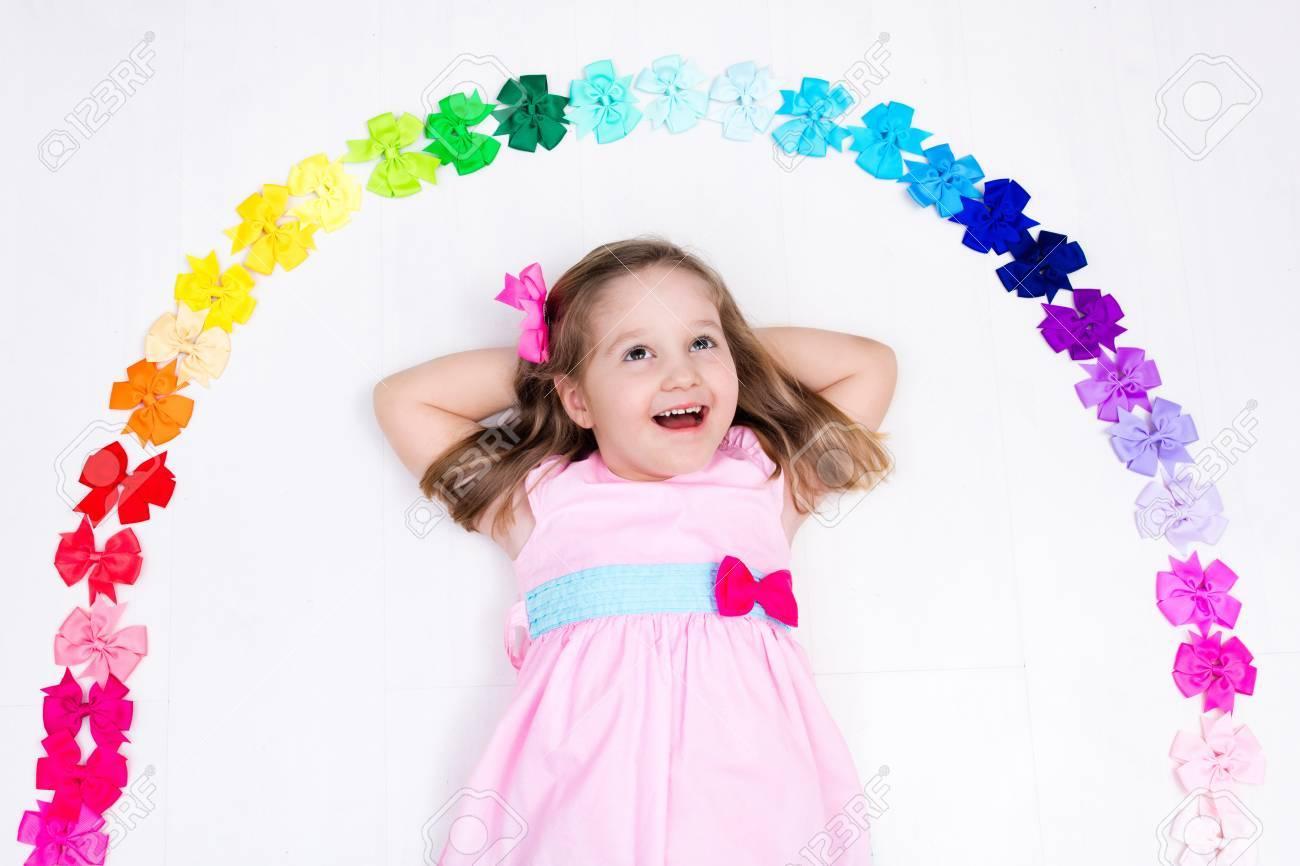 Niña En El Vestido De Color Rosa Pastel De Elegir Los Accesorios ...