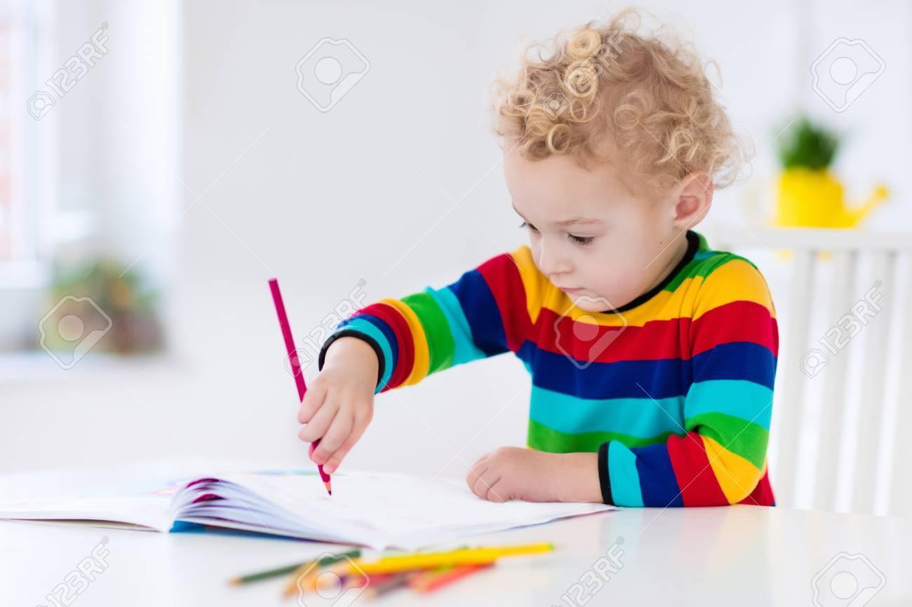 Niño Pequeño Lindo Que Hace La Preparación Leyendo Un Libro Páginas Para Colorear Escribiendo Y Pintando Los Niños Pintan Los Niños