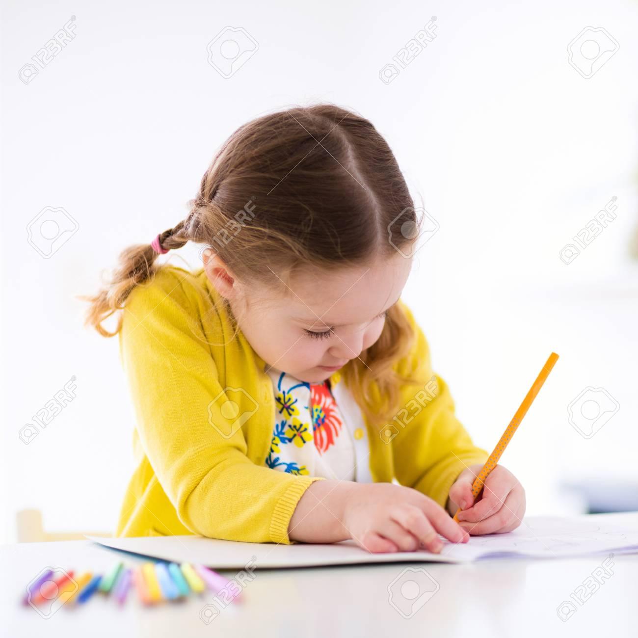 Niña Linda Haciendo La Tarea Leyendo Un Libro Páginas Para Colorear Escribir Y Pintar Los Niños Pintan Los Niños Dibujan Niños En Edad