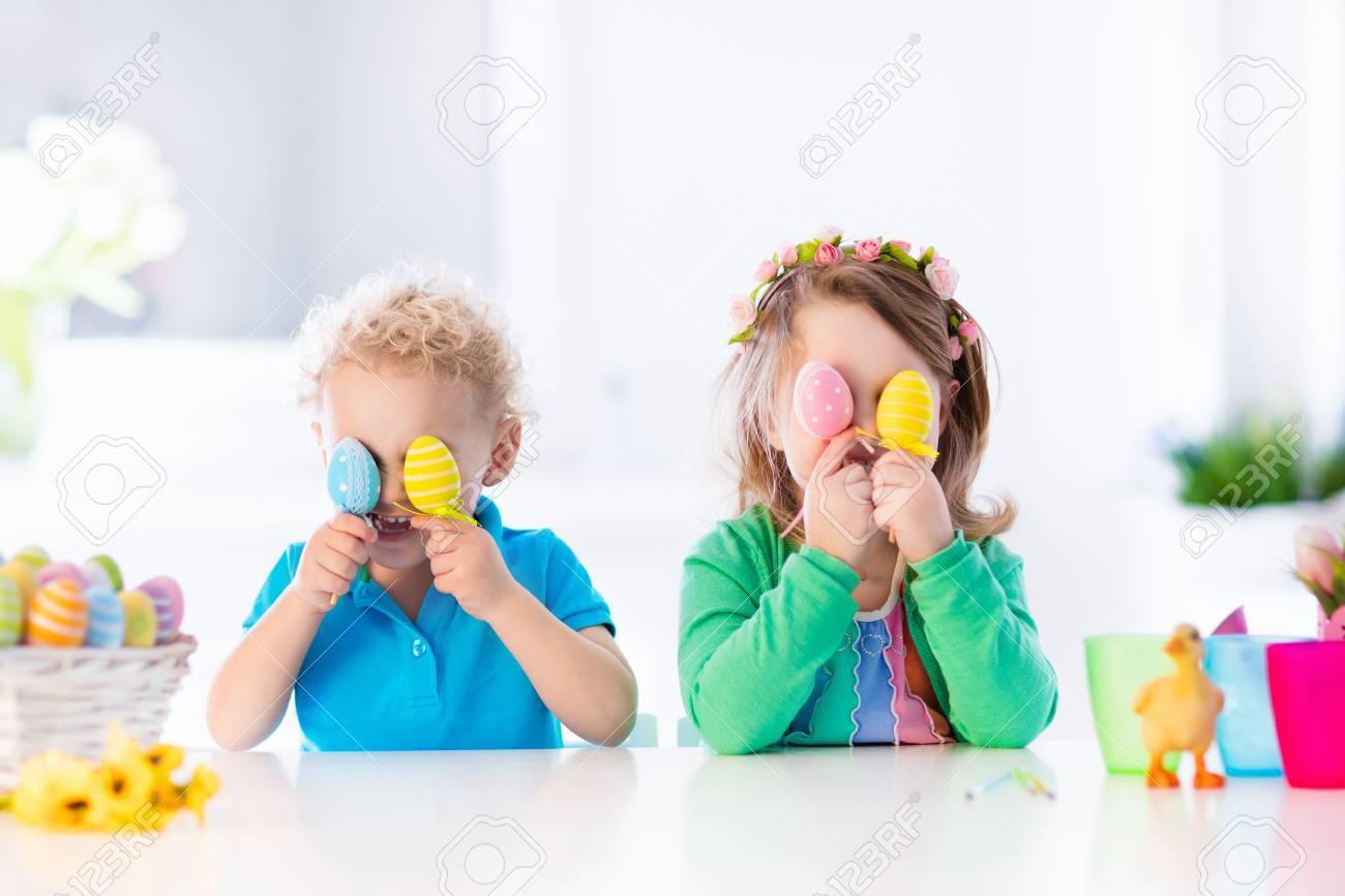 Enfants Peinture Des Oeufs Colorés Enfants Peindre Et Décorer Oeuf