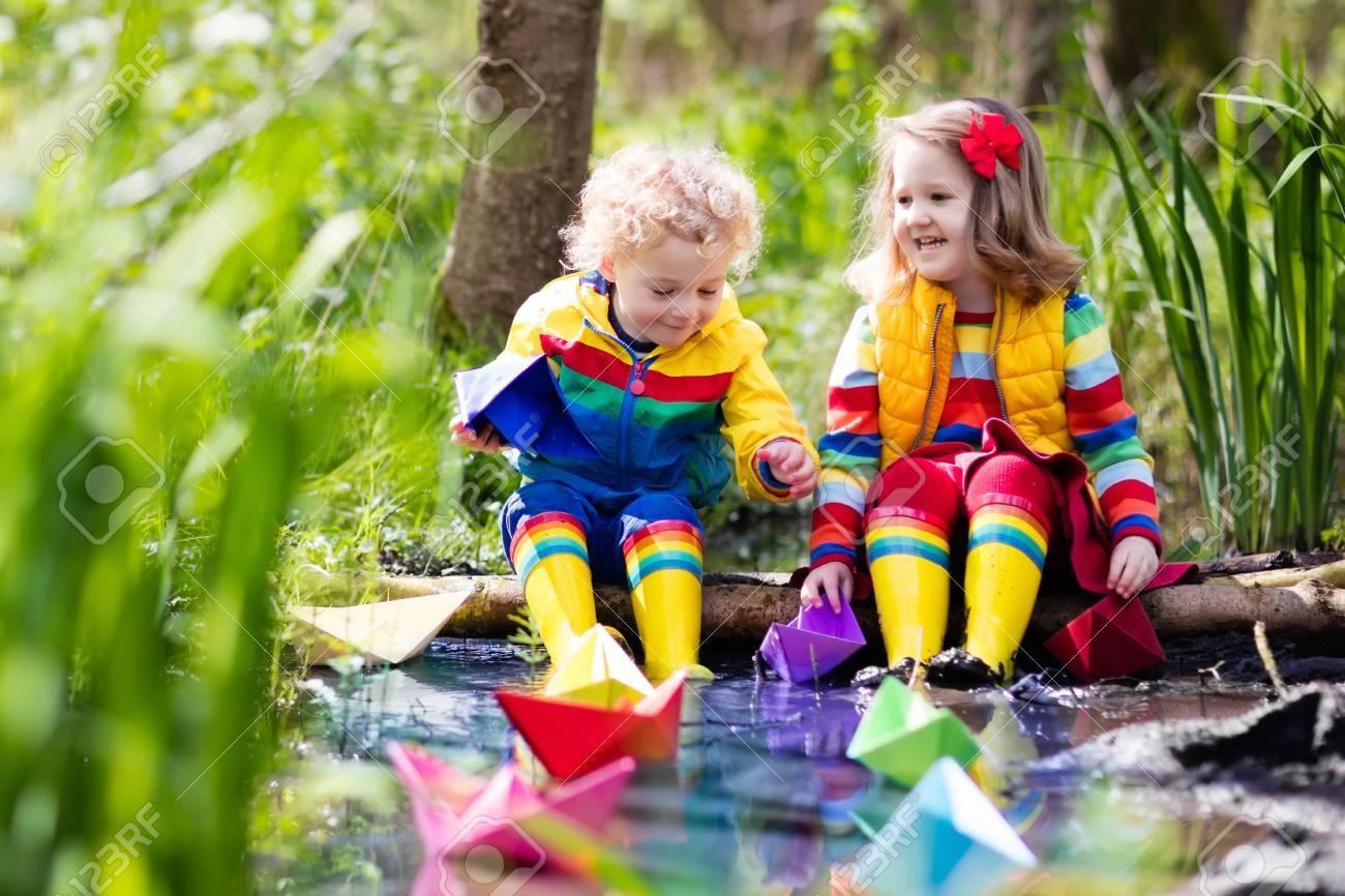 e6e2819ca2044c Kinder Spielen Mit Bunten Papierbooten In Einem Kleinen Fluss An Einem  Sonnigen Frühlingstag . Kinder Spielen Die Natur . Bruder Und Schwester Mit  Spaß Und ...