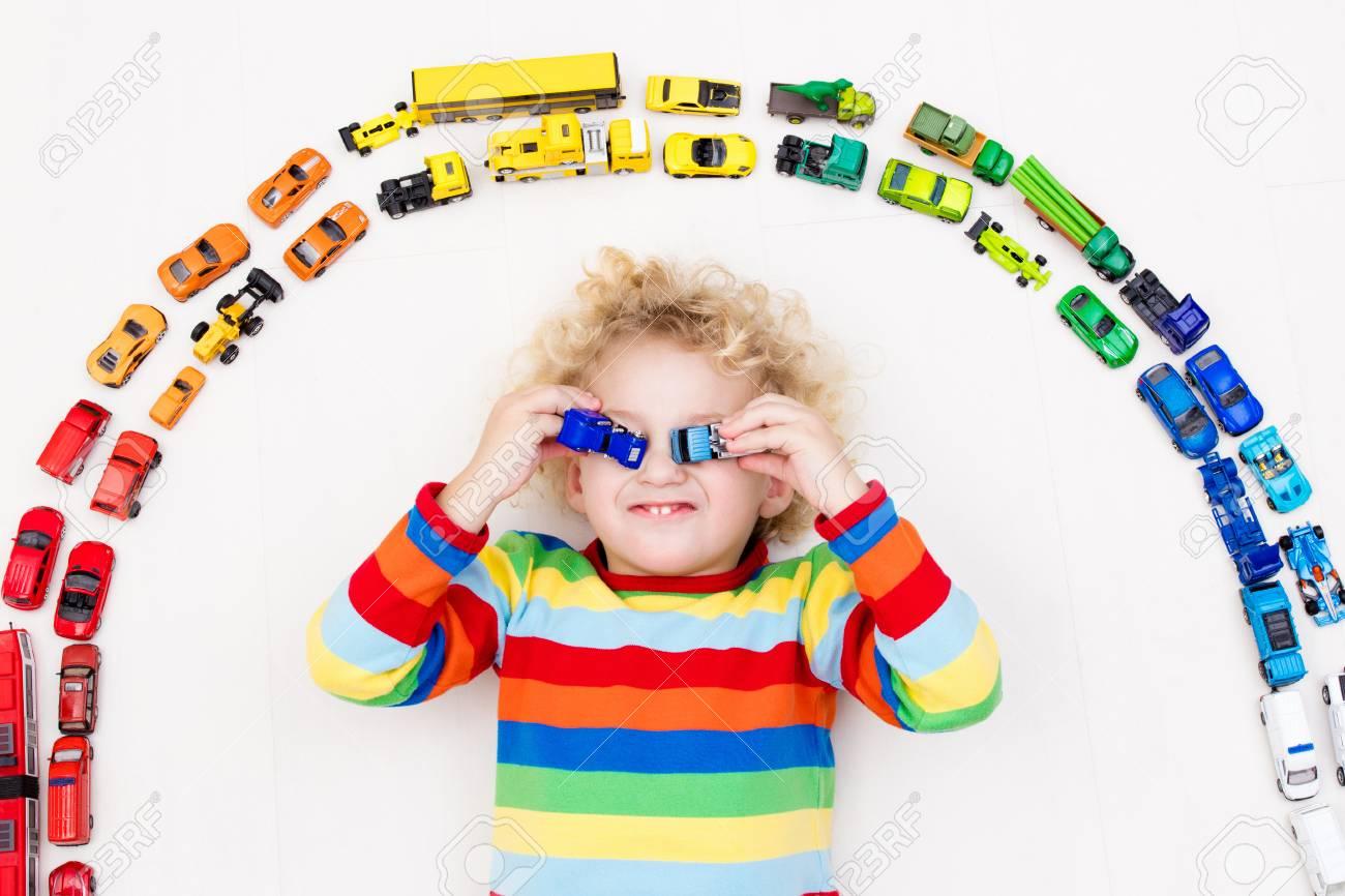 Niño Y Jugando Con Juguete Para NiñosLío Chico El Su Divertido En Rizado SueloJuguetes Recogida Del Transporte Modelo Coche Salvamento De RA3j5L4qc