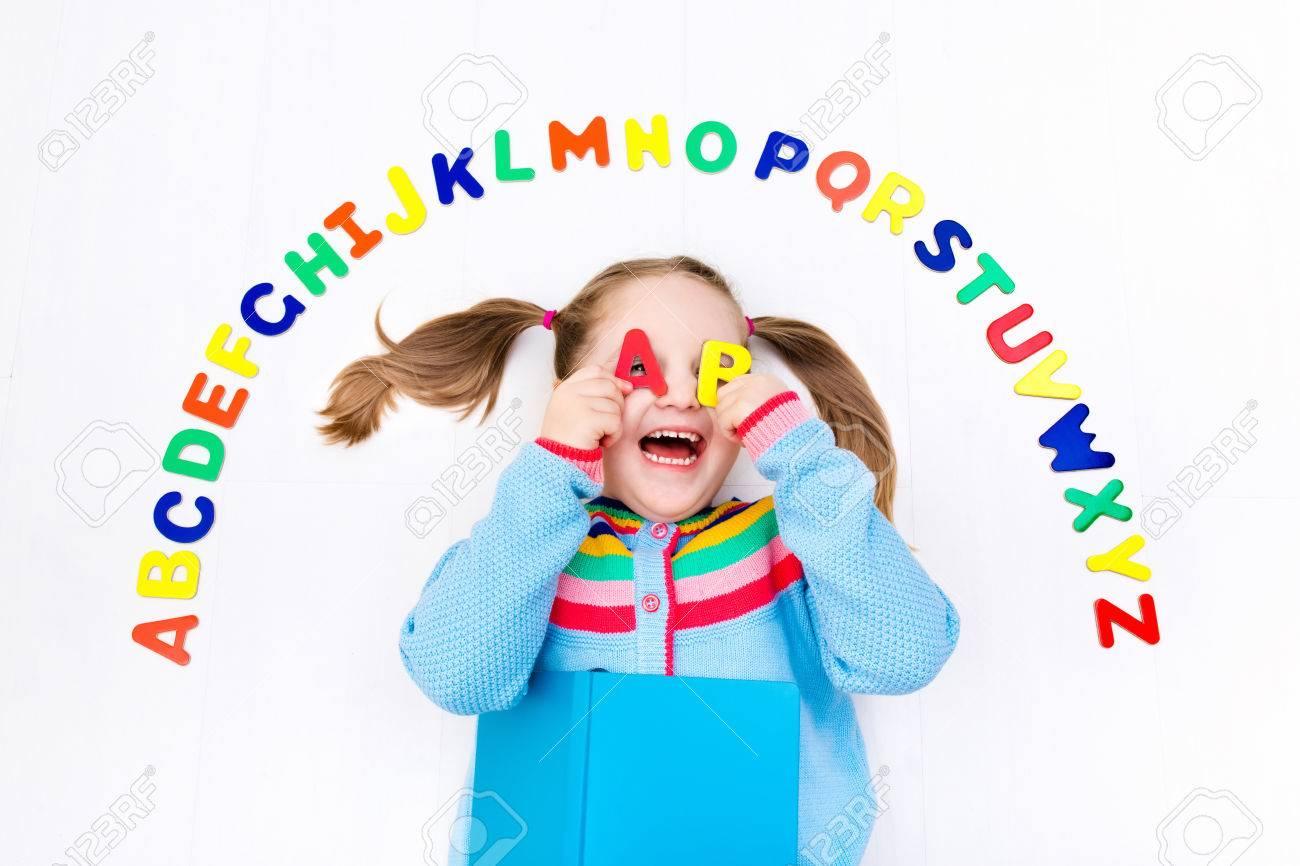 Aprendizaje De Los Niños De Preescolar Feliz De Leer Y Escribir ...