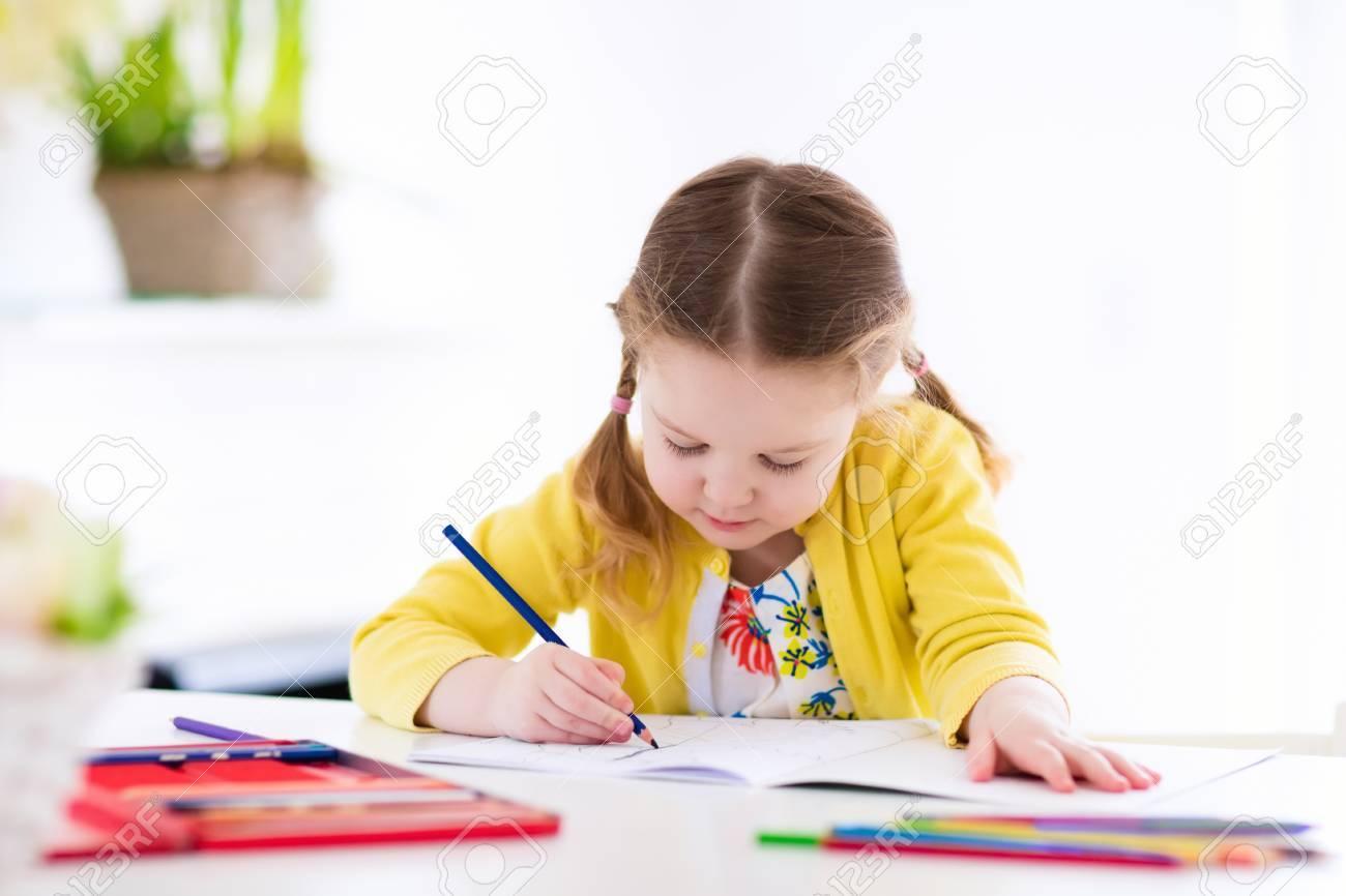 Niña Linda Haciendo La Tarea, Leyendo Un Libro, Páginas Para ...