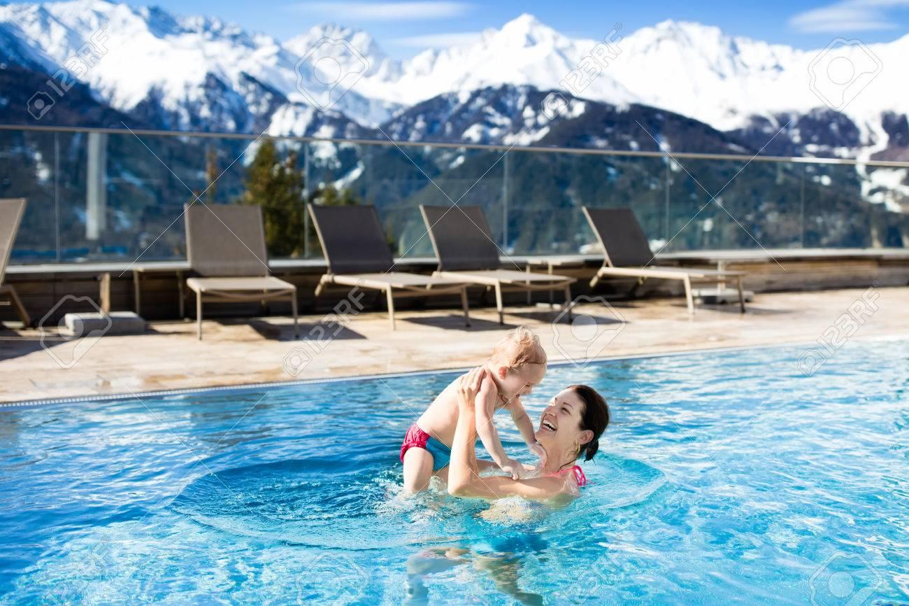 Mutter Und Baby Spielen In Außenpool Von Luxus-Spa-alpine Resort In ...