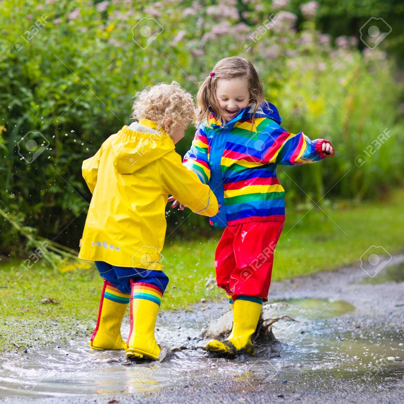 Verano Niña Niño El De Los Juegan Niños En Parque Con Y Lluvioso 5xrfxwq0