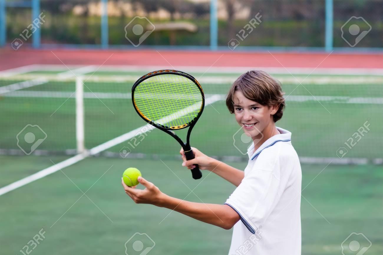 Garcon Jouant Au Tennis Sur Un Terrain En Plein Air Adolescent Avec Raquette De Tennis Et Balle Dans Le Club De Sport Exercice Actif Pour Les Enfants Activites D Ete Pour Enfants Formation