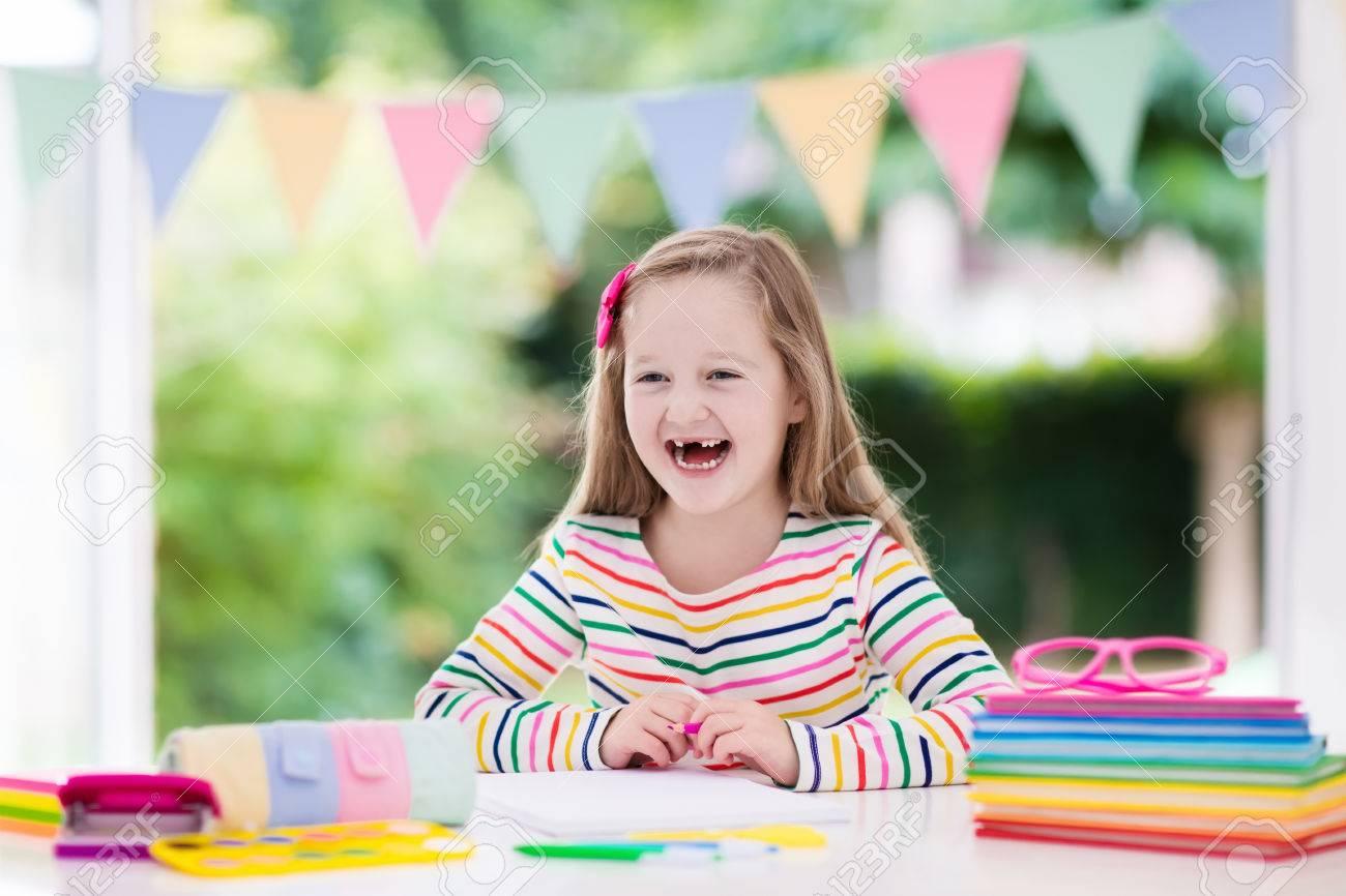 L enfant fait des devoirs pour l école au bureau blanc petite