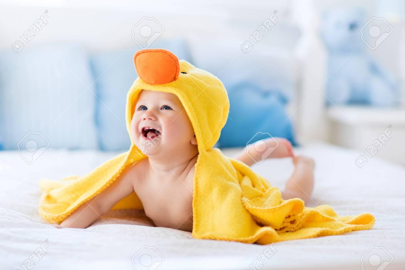 Gluckliches Lachendes Baby Gelb Mit Kapuze Ente Handtuch Auf Die Eltern Nach Dem Bad Oder Dusche Bett Sitzend Tragen Saubere Trockene Kind Im Schlafzimmer Baden Und Waschen Von Kleinen Kindern Kinder Hygiene