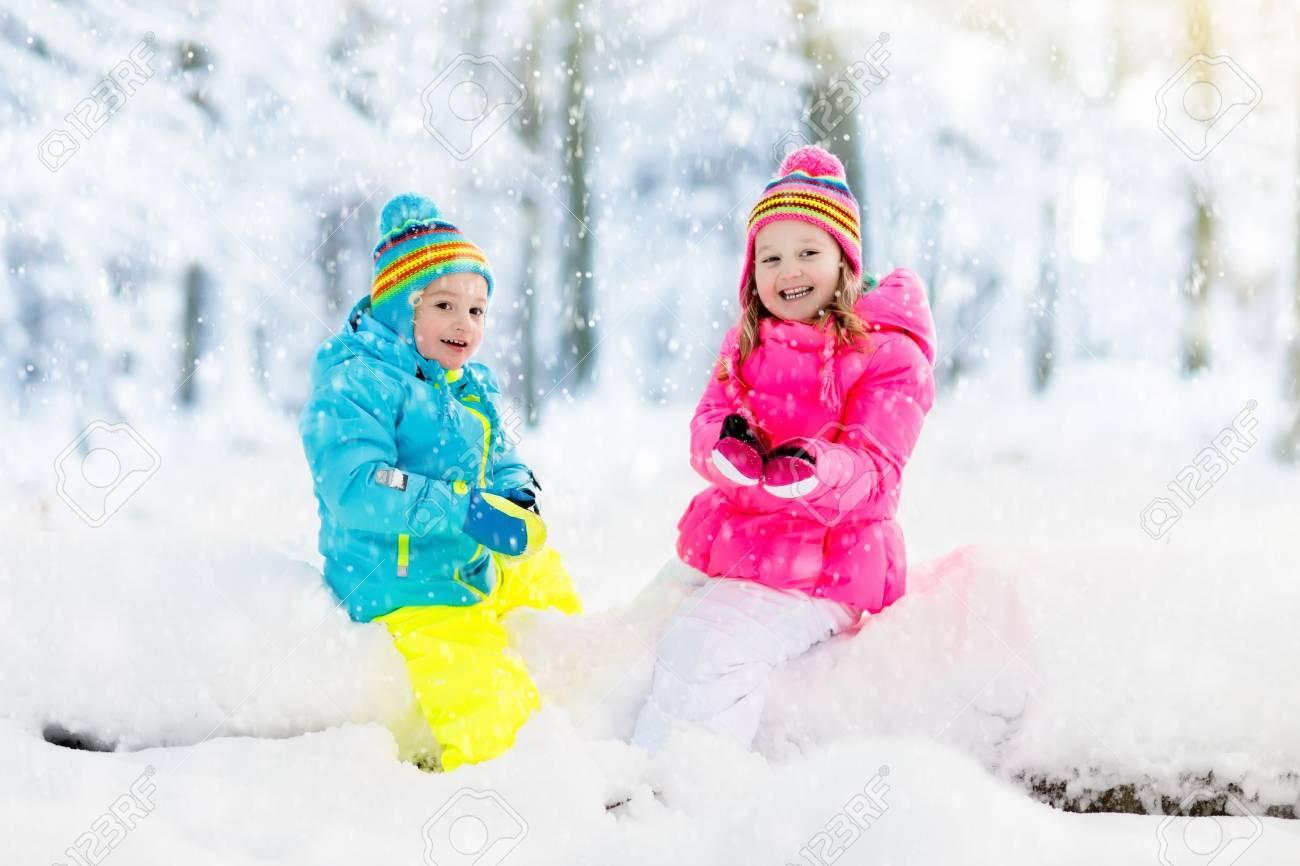 Ninos Jugando En La Nieve Los Ninos Juegan Al Aire Libre En El Dia
