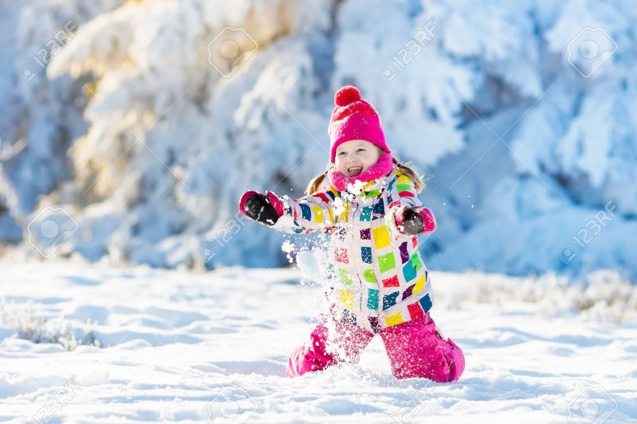 Nieve Niño La Con Invierno Chaqueta Jugando En Colorida Niña qrqUFaEn