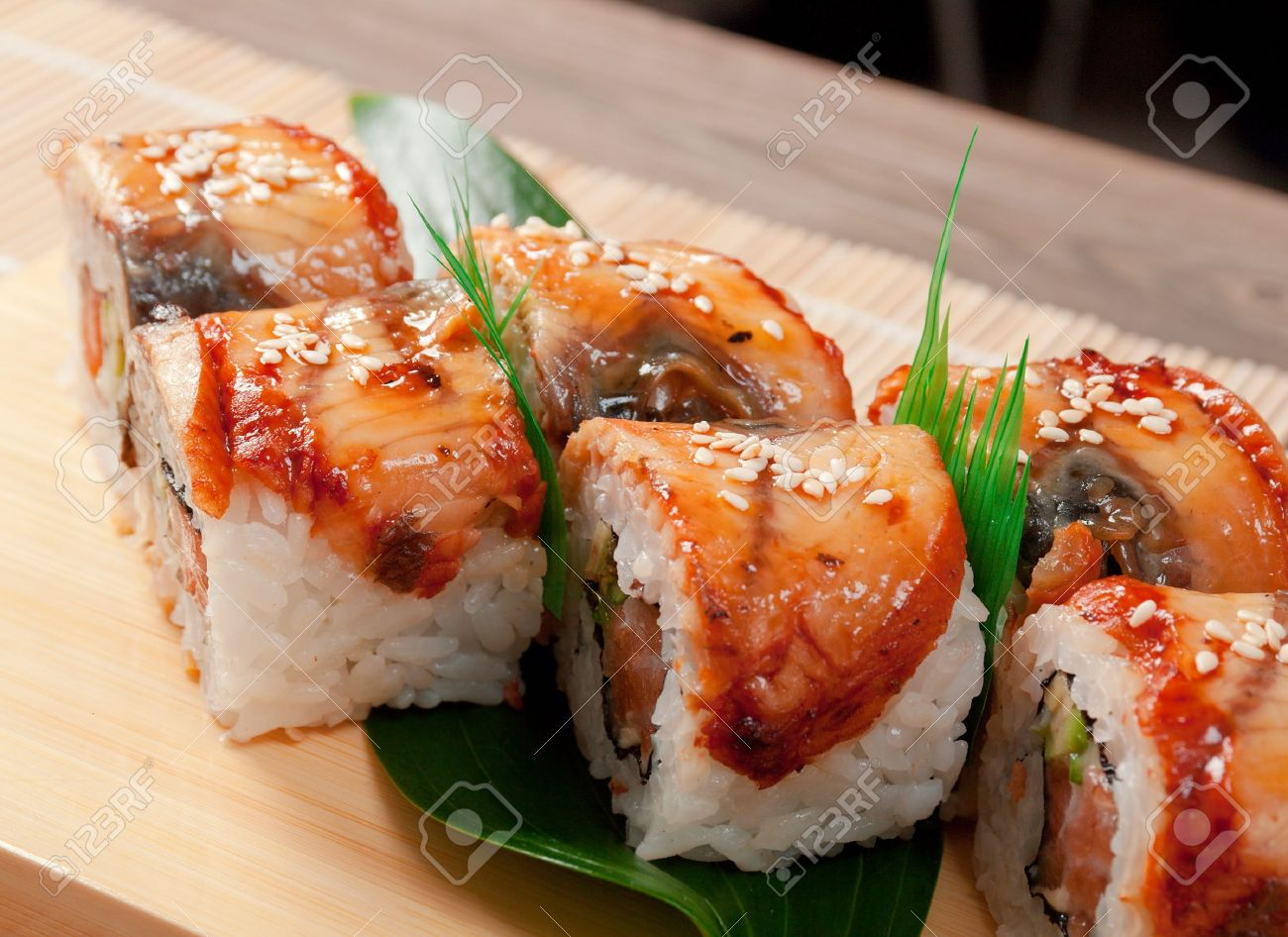 maki sushi japons tradicional comida de anguila ahumada foto de archivo