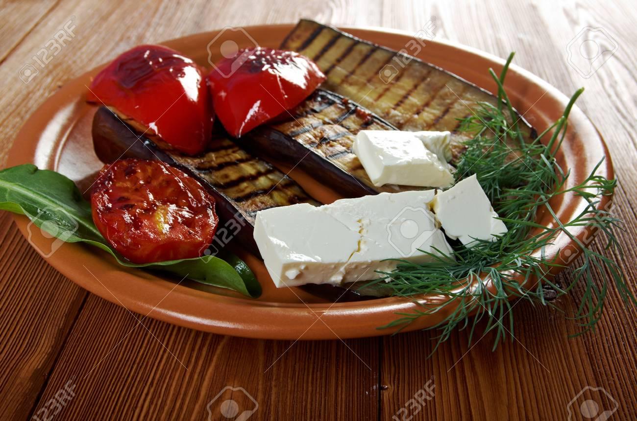 Gebratene Auberginen Mit Tomaten, Schafskäse Und Paprika. Bauernhaus ...