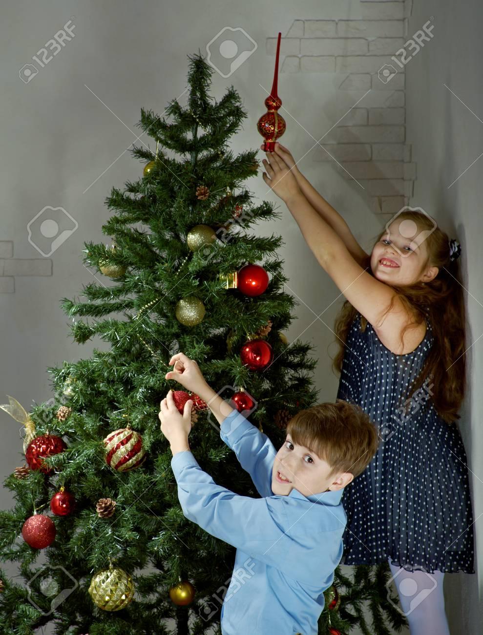Happy Kleine Kinder Weihnachtsbaum Im Schönen Wohnzimmer Mit ...