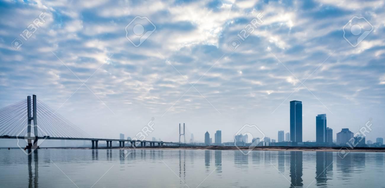 川と中国・天津市の空に対して近...