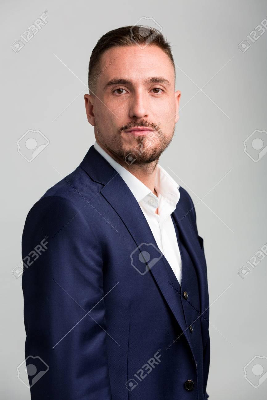 a3b1f394b15 Banque d images - Taille portrait de l homme avec les cheveux du visage  Porter Costume bleu marine Fixant la caméra