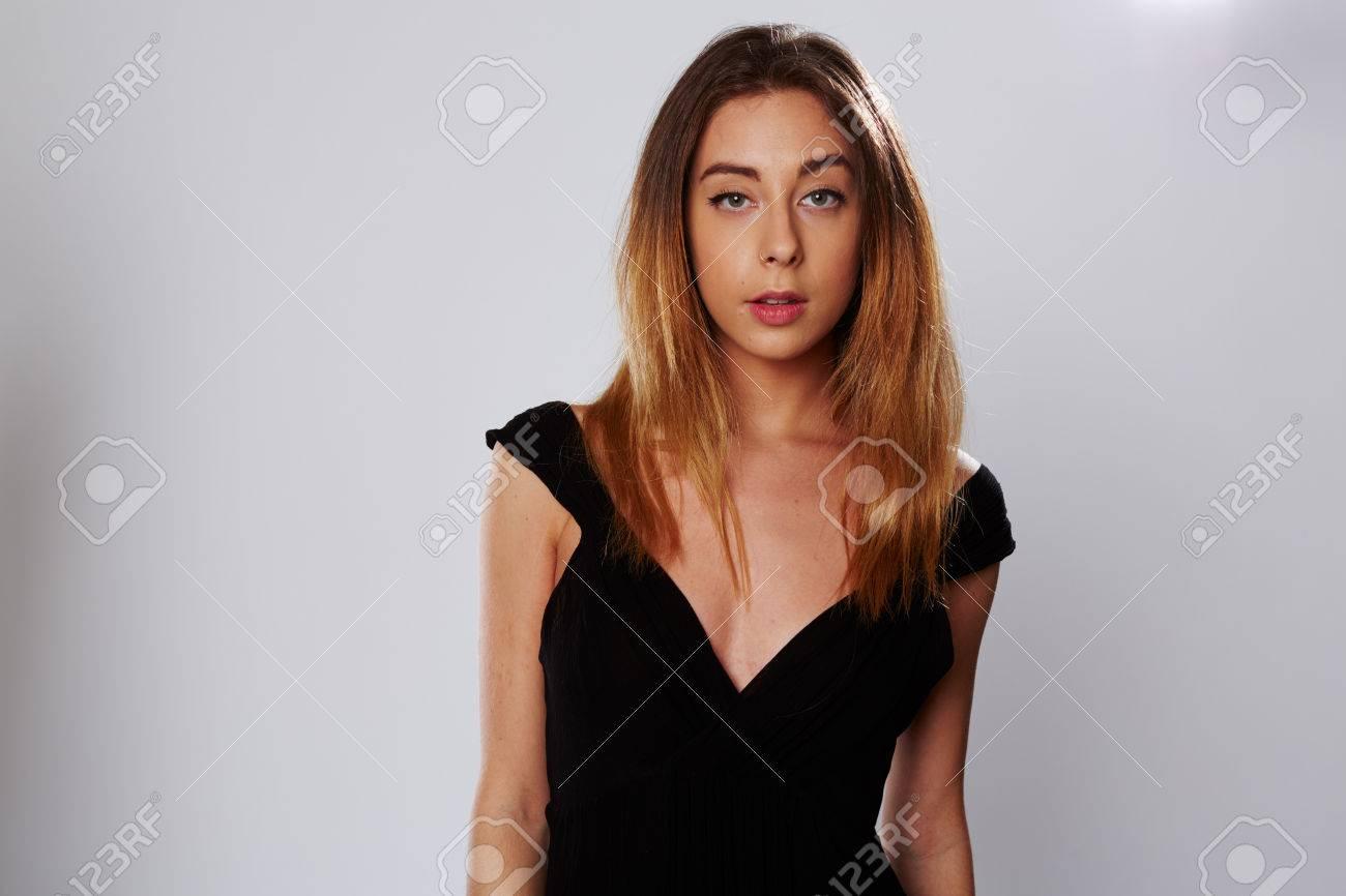 84c00442d19 SEU에 식으로 카메라를 찾고 매력적인 젊은 세련된 검은 드레스에 여자와 ...