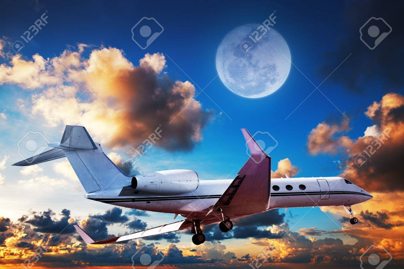 Jet Privato Lussuoso : Luxurious private jet maneuvering in a sky at sunrise time stock
