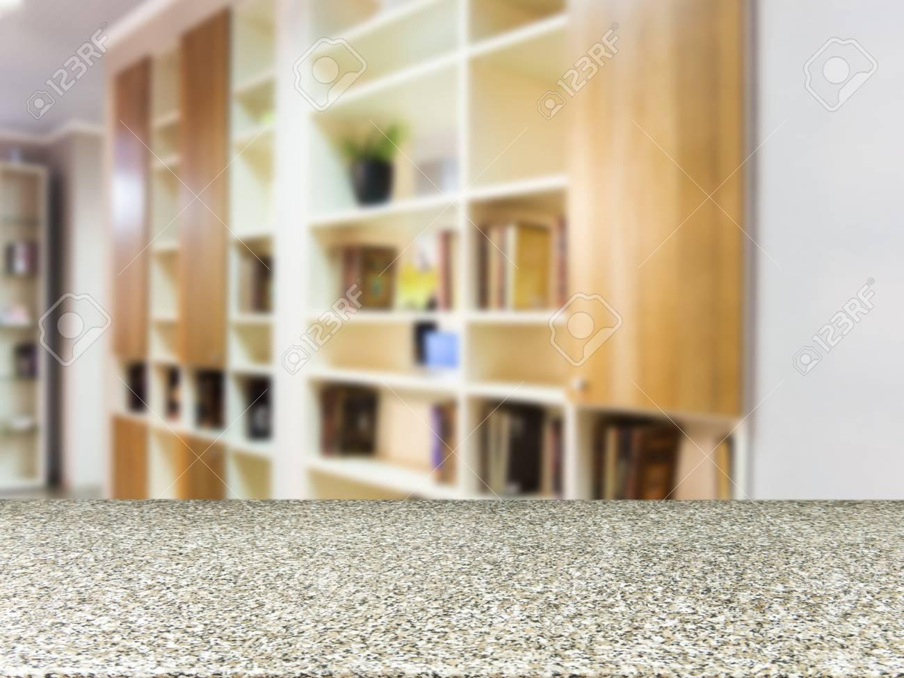 Table vide de marbre en face de l\'arrière-plan flou. Planche de marbre  Perspective sur le flou dans l\'intérieur du salon moderne. Maquette pour ...