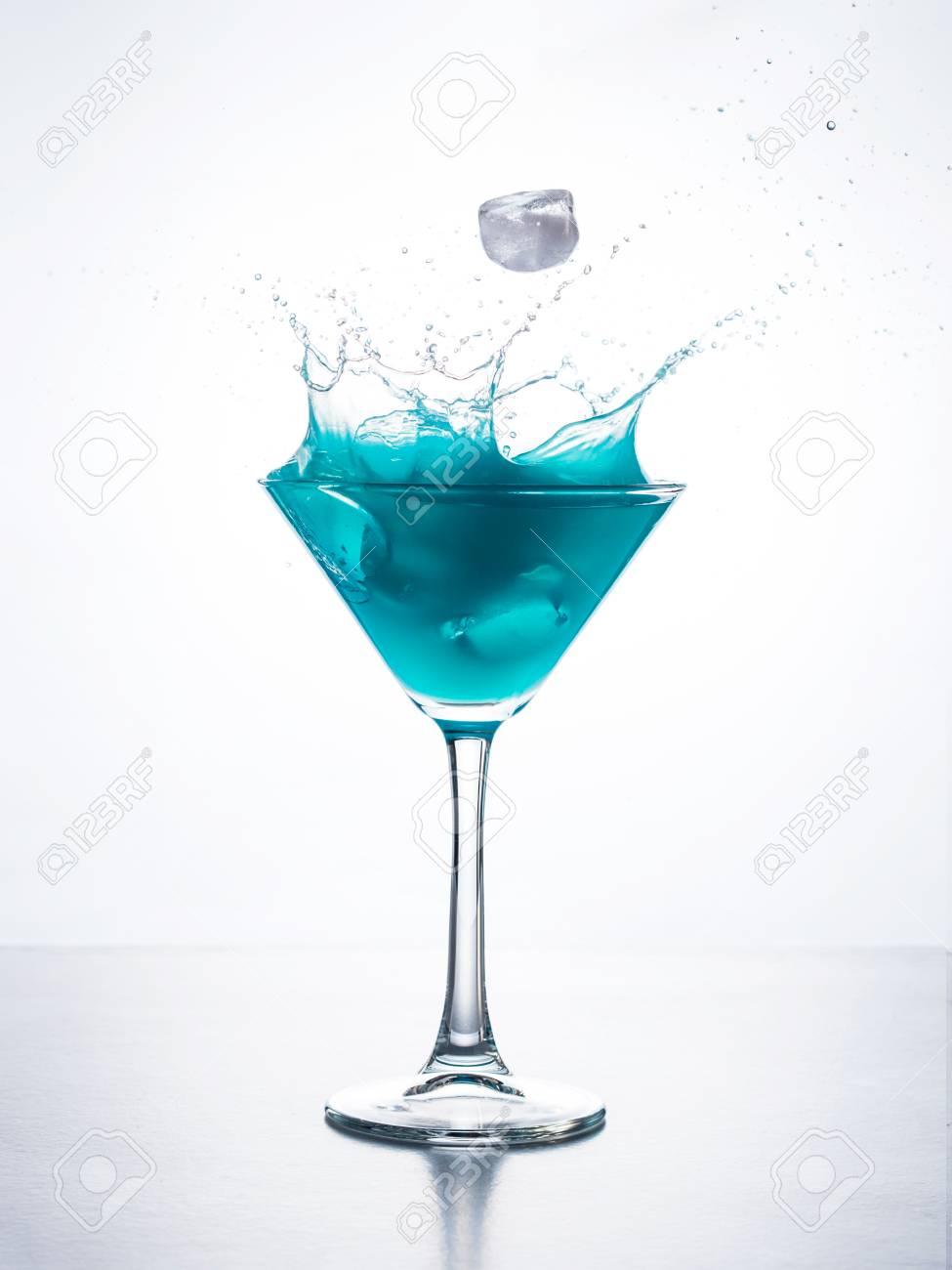 グラス の 中 の アイス キューブ