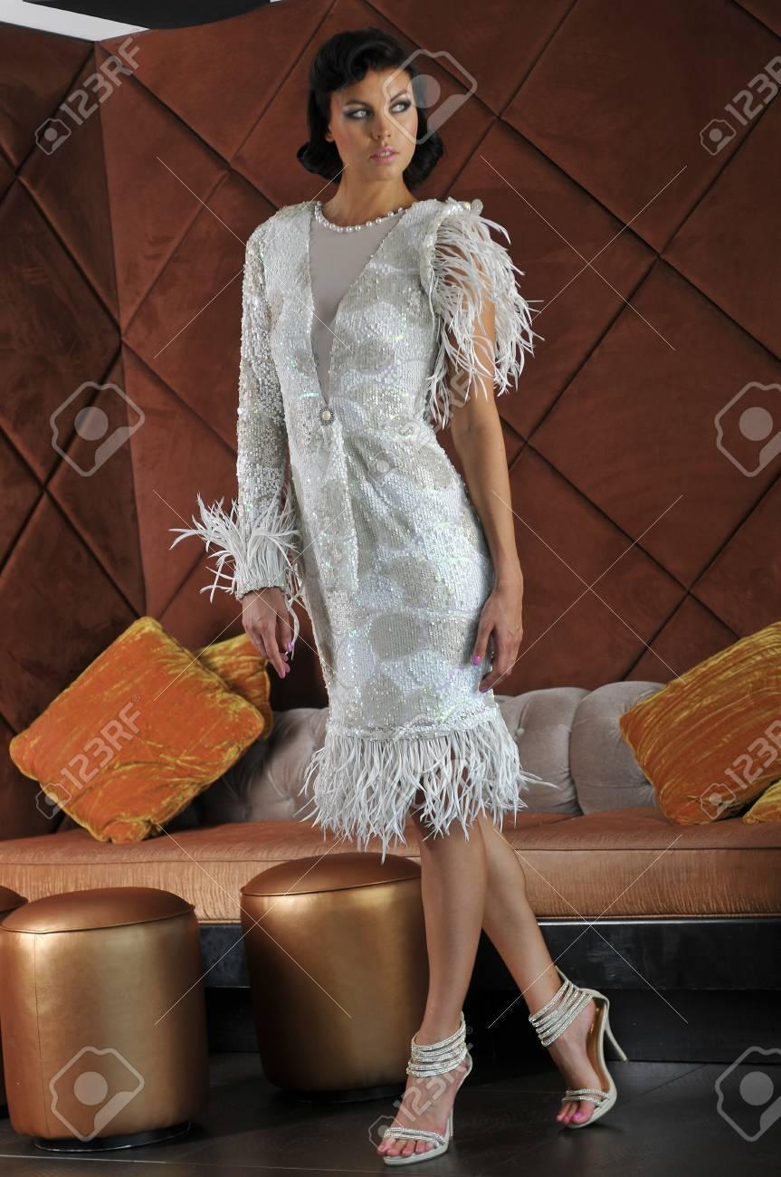 Fashion Modèle Posant Devant Un Canapé Lit Dans La Salle De