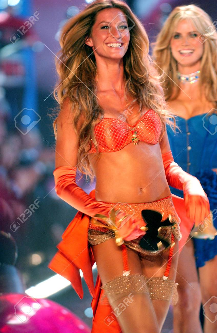 NEW YORK - NOVEMBER 9: Victoria's Secret Fashion models walks the runway finale during the 2010 Victoria's Secret Fashion Show on November 9, 2005 at the Lexington Armory in New York City.  Stock Photo - 18951633