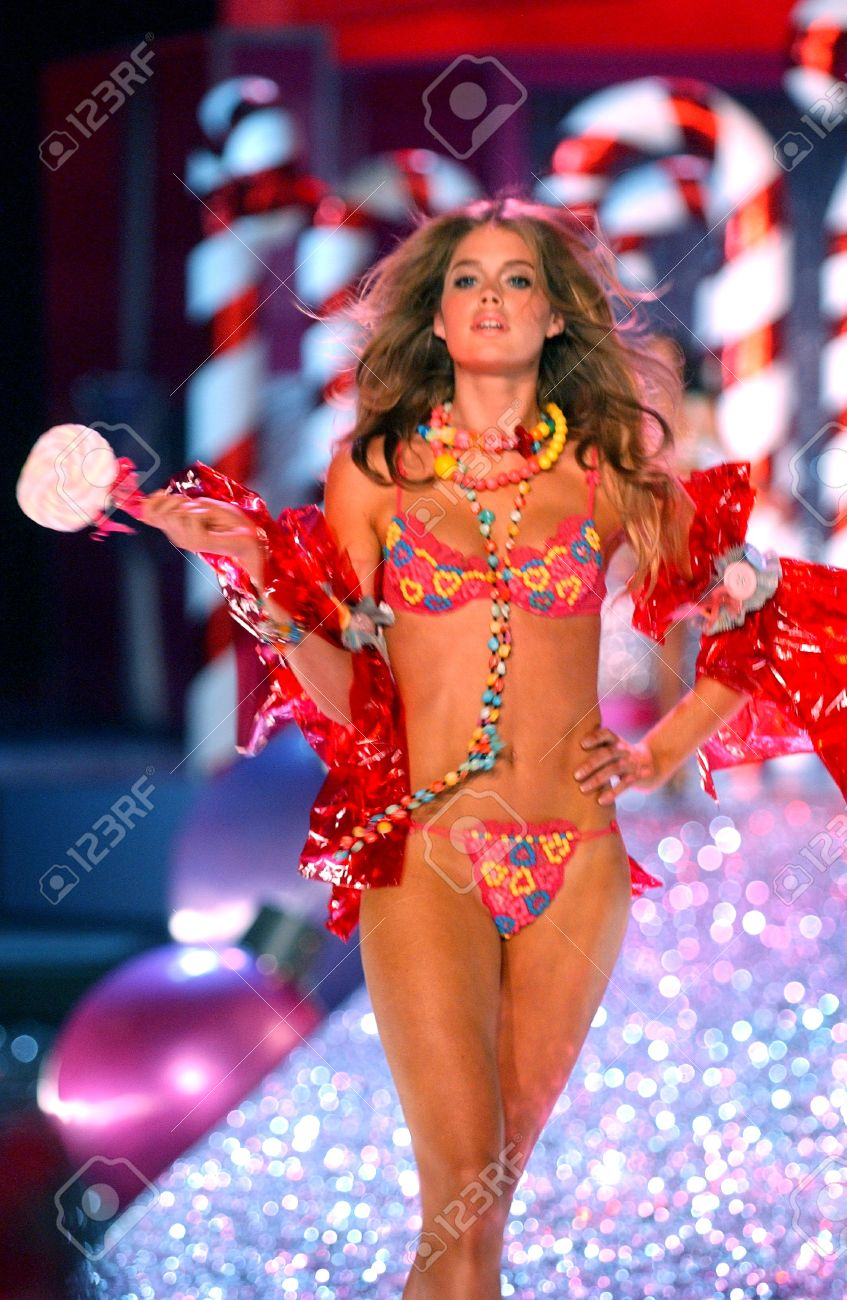 NEW YORK - NOVEMBER 9: Victoria's Secret Fashion model Doutzen Kroes walks the runway during the 2010 Victoria's Secret Fashion Show on November 9, 2005 at the Lexington Armory in New York City.  Stock Photo - 18951505
