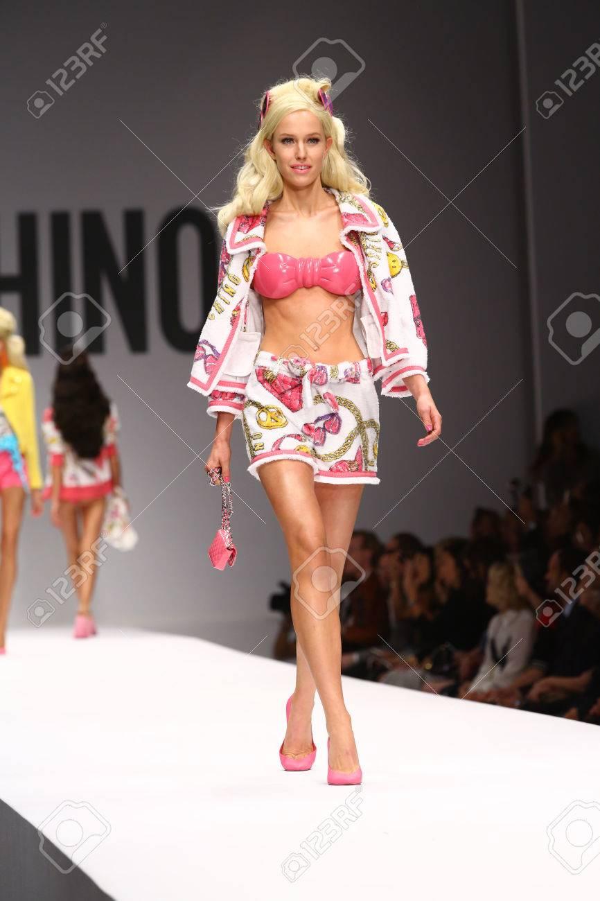 7a532fdd940 MILAN, Italia - 18 de septiembre: Un modelo camina por la pasarela durante  la presentación de Moschino como parte de la Semana de la Moda de Milán ...