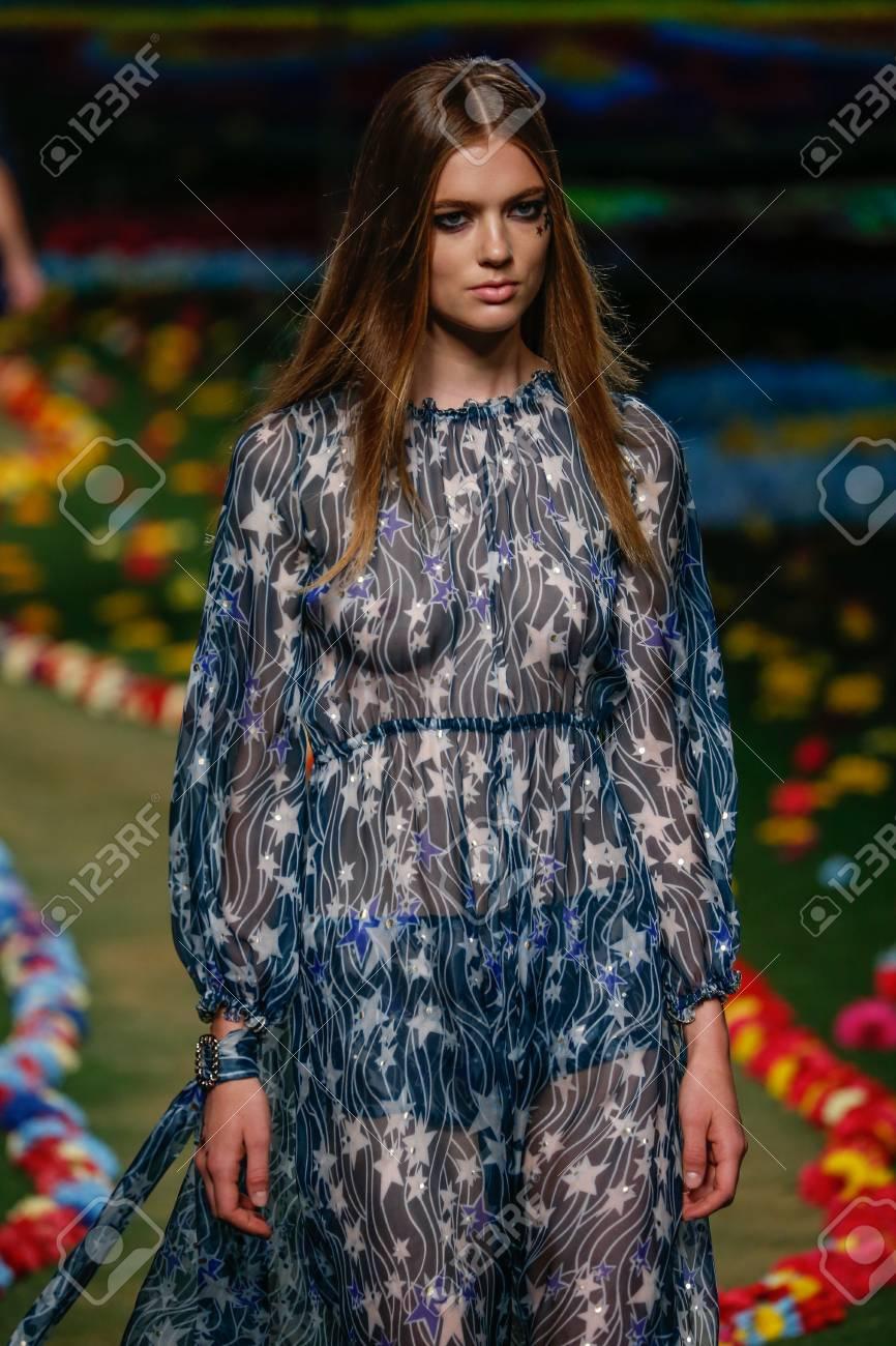 ニューヨーク、NY , 9 月 8 日 メルセデス ・ ベンツ ファッション週春の 2015 年パークアベニューアーモリー 2014 年 9 月 8  日にニューヨーク市で中にトミー ヒルフィガー レディース ファッションの滑走路を表示モデルの散歩。