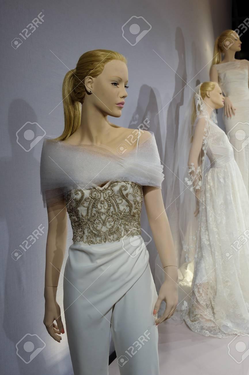 NEW YORK, NY - 13. April: Eine spezielle Bridal Collection bei Kleinfeld am  13. April 1315 in NYC: Hochzeitskleider für die Schaufensterpuppen auf A