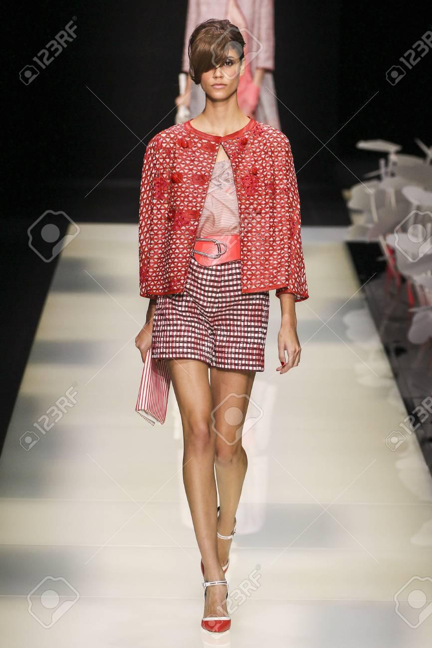 shop best sellers buy good many styles MILAN, Italia - 28 de septiembre: Un modelo camina por la pasarela durante  el desfile de moda Giorgio Armani como parte de la Moda de Milán Semana de  ...