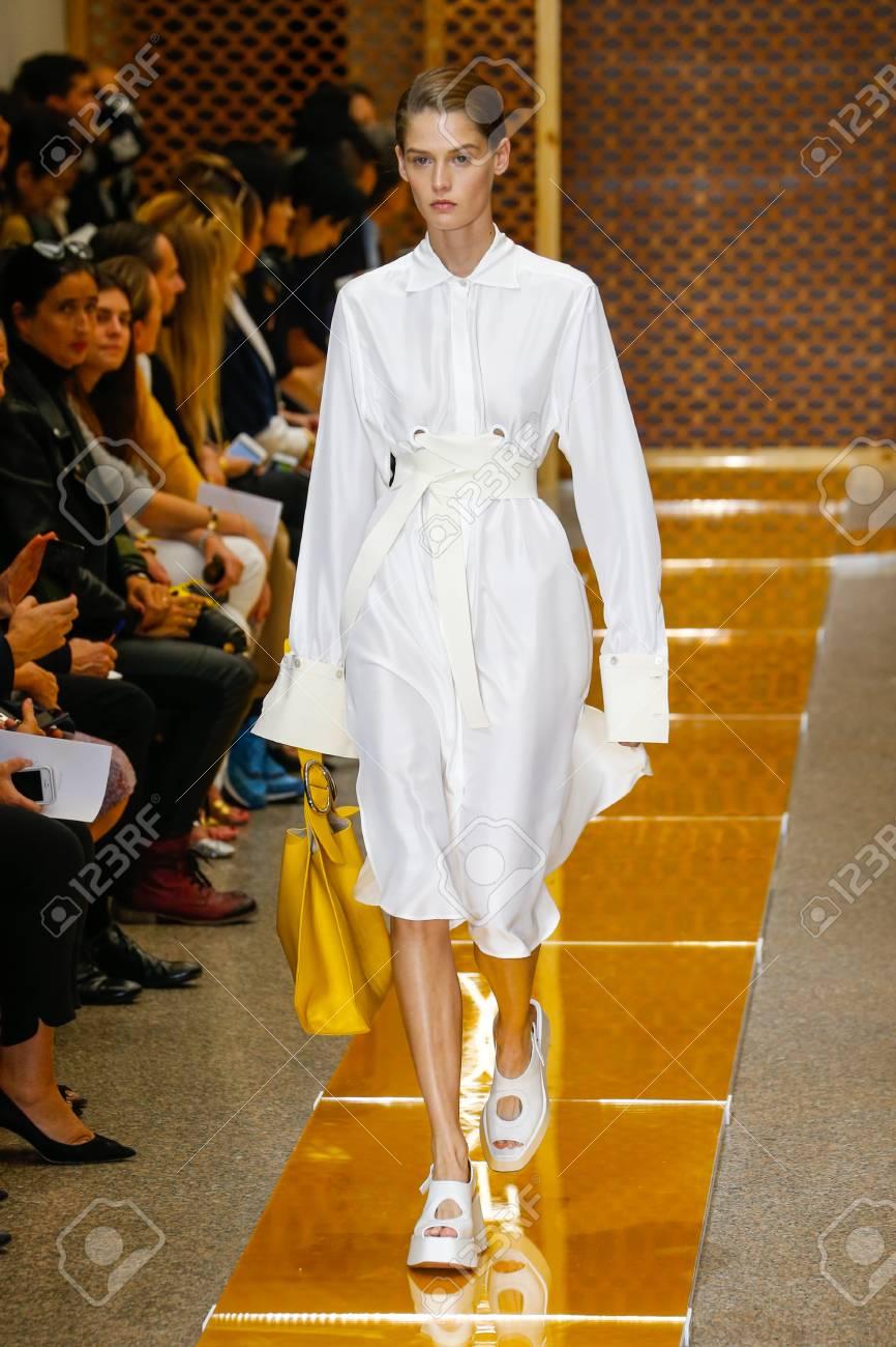 new styles 7fe09 37559 MILANO, ITALIA - 25 settembre: Un modello cammina la passerella durante la  sfilata di Sportmax come parte della Milano Fashion Week Primavera / Estate  ...