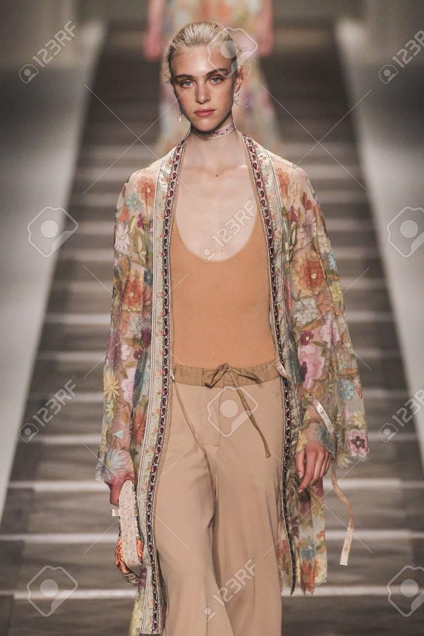 sports shoes 9852d ef778 MILANO, ITALIA - 25 settembre: Un modello cammina la pista durante lo  spettacolo Etro come una zona di Milano Fashion Week Primavera / Estate  2016 il ...
