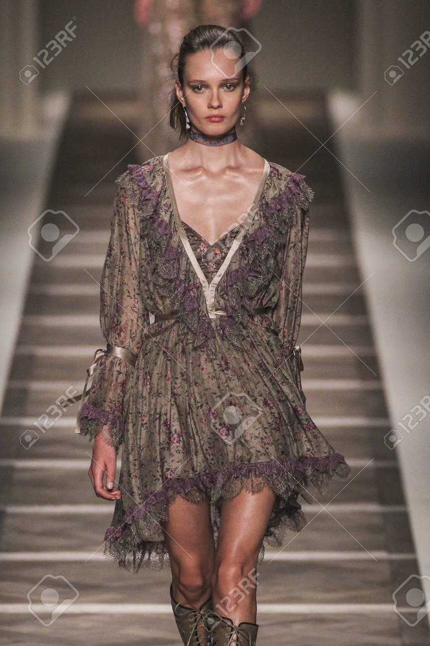 buy popular 492be 39078 MILANO, ITALIA - 25 settembre: Un modello cammina la passerella durante lo  spettacolo Etro come parte della Milano Fashion Week Primavera / Estate ...