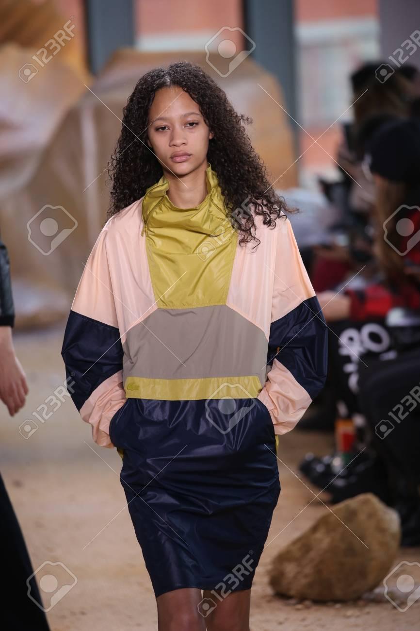 b8bfe15b27 Banque d'images - NEW YORK, NY - 11 FÉVRIER: Un modèle défile au défilé  Lacoste lors de la Fashion Week de New York le 11 février 2017 à New York.