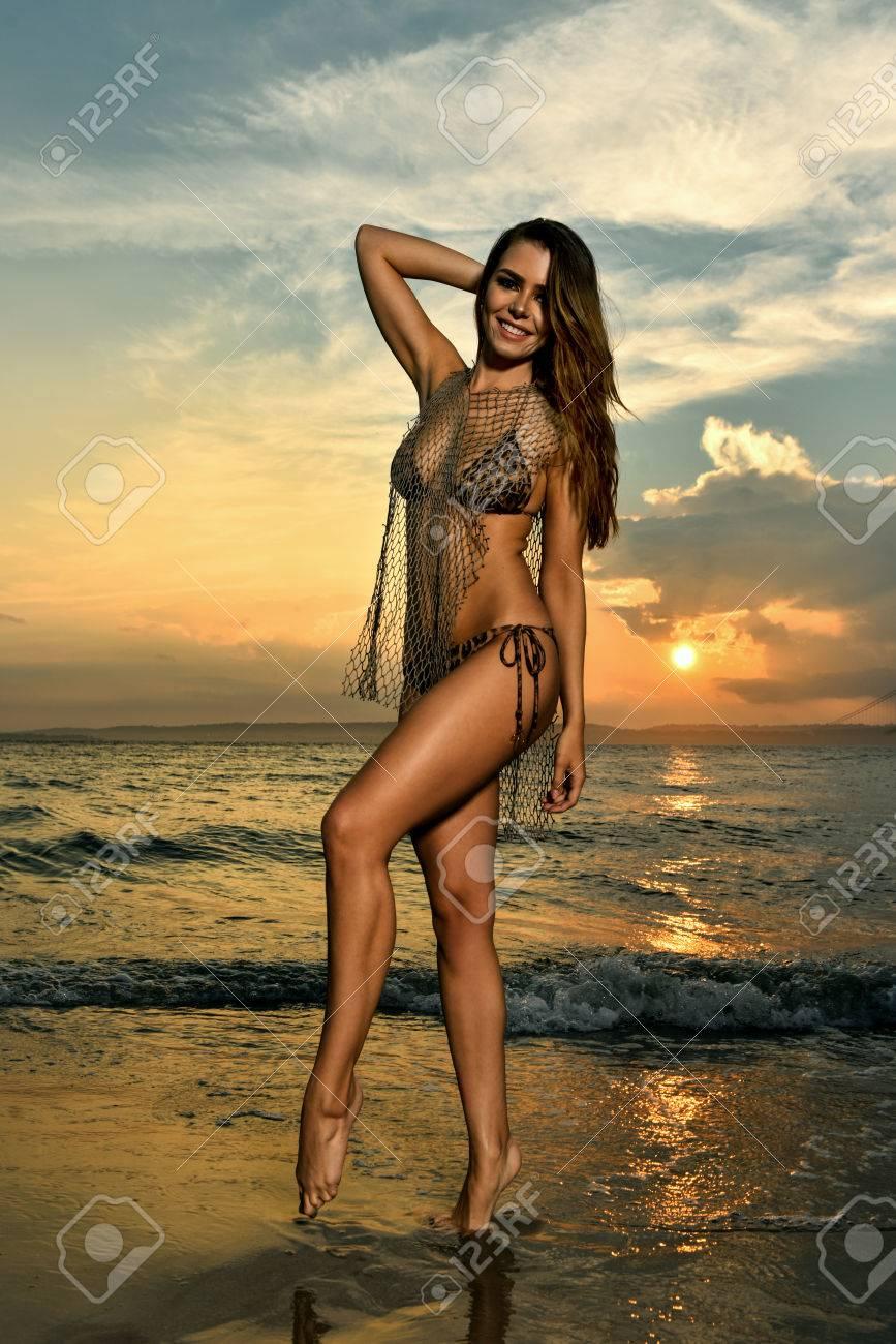 La Sxy En Playa Bikini Modelo Posando Y Fishnet Del Baño OcéanoVistiendo De Traje xoeCBrd