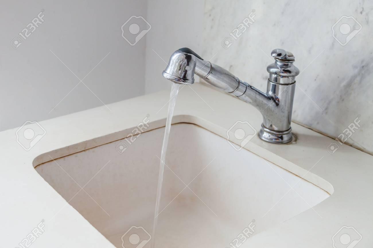 Wassertropfen Aus Wasserhahn Weiss Modernen Weissen Waschbecken