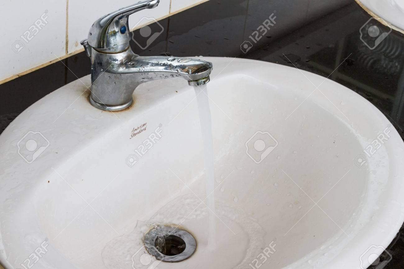 Schmutzige Hände Waschen In Einer öffentlichen Toilette öffentliche