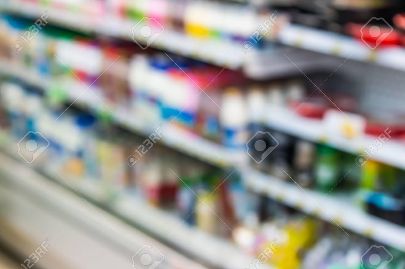 Kühlschrank Regal : Unschärfe milchprodukte flaschen auf kühlschrank regal im