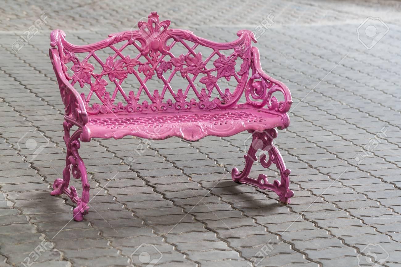 Sedie Depoca : Rosa metallo sedia depoca sul pavimento di mattoni foto royalty