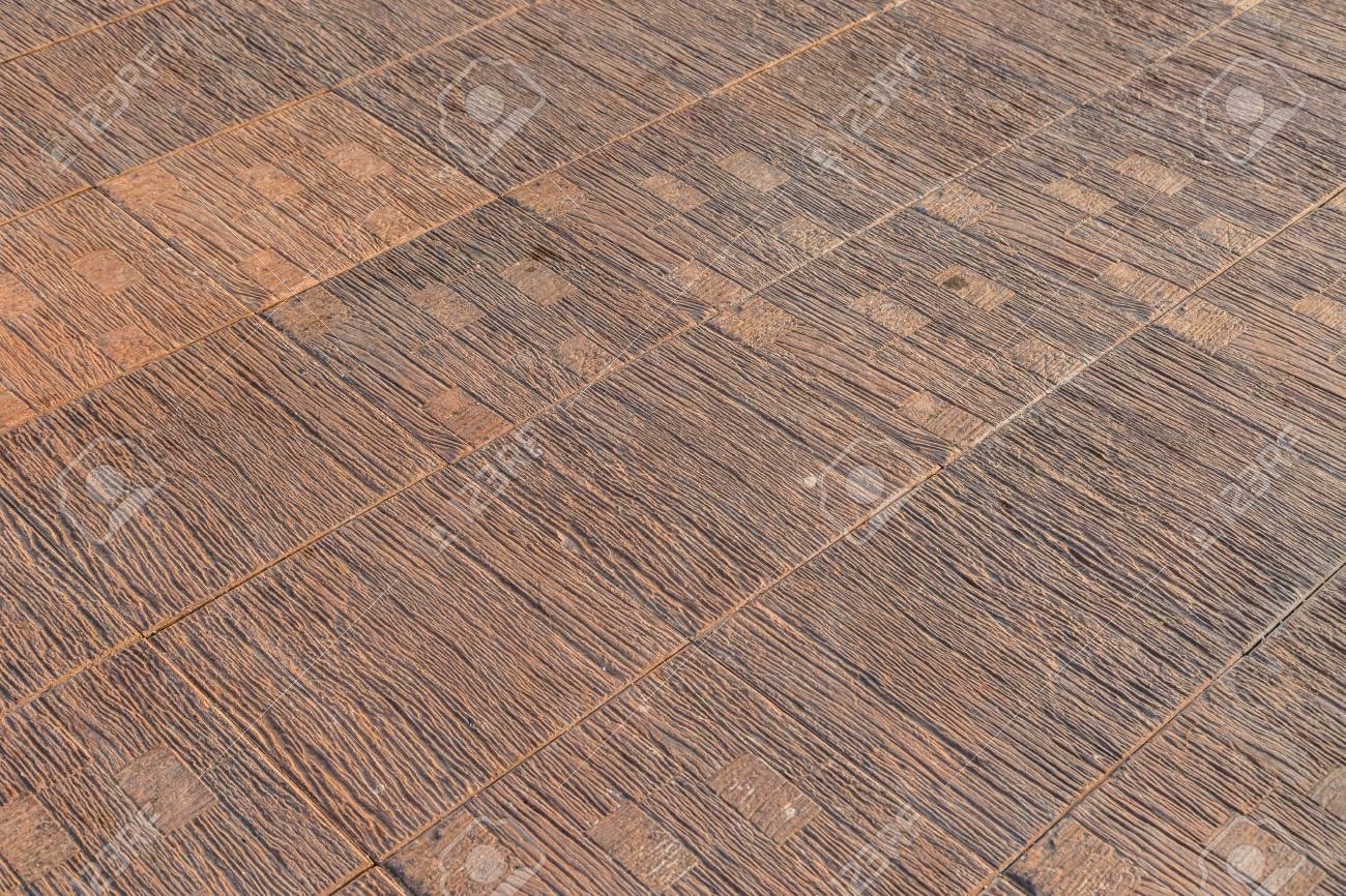 Vecchio uso di colore marrone piastrellato del corridoio all