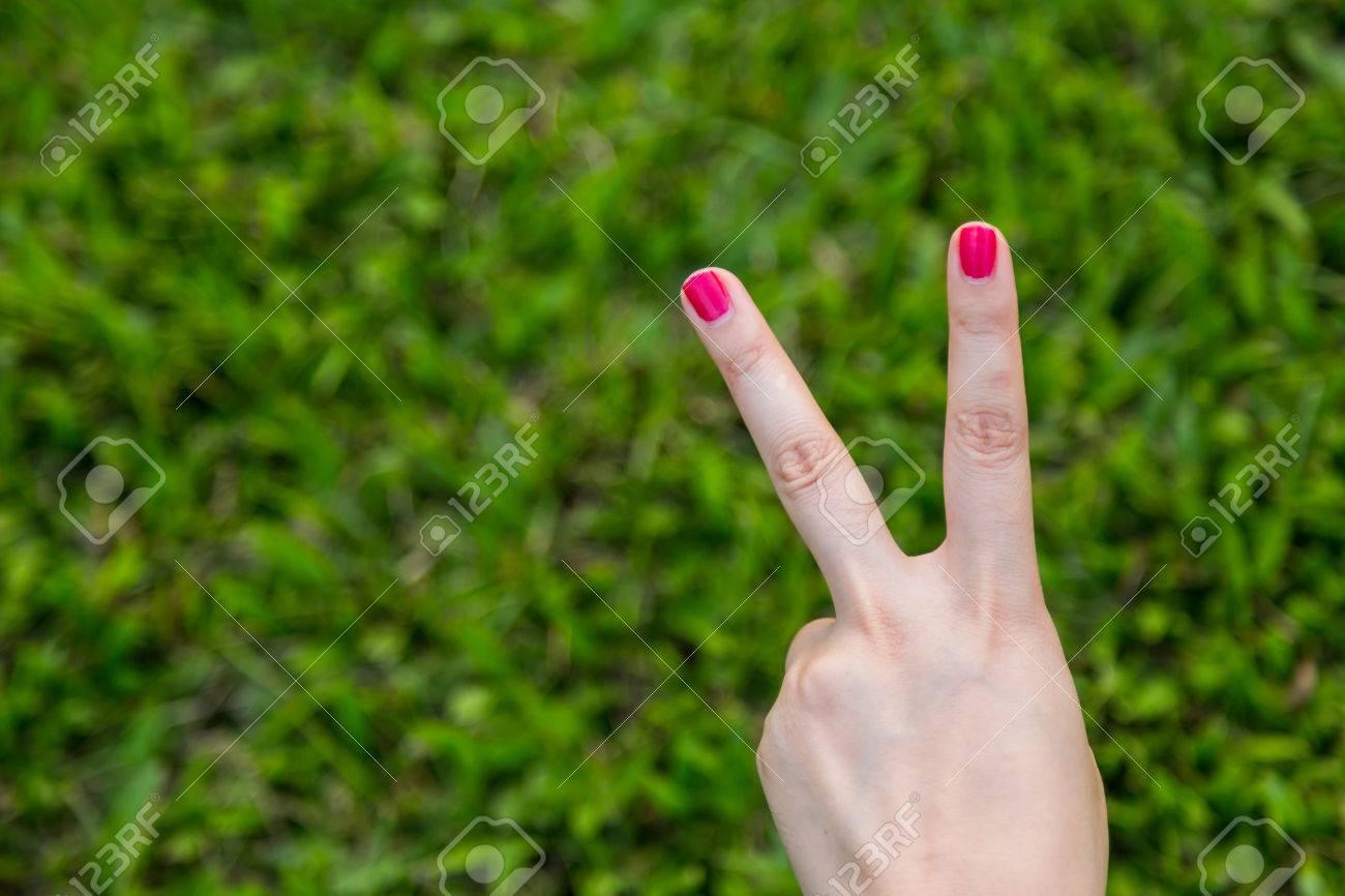 Mano De La Mujer Con Rojo Muestran Las Uñas Signo De La Paz O El ...