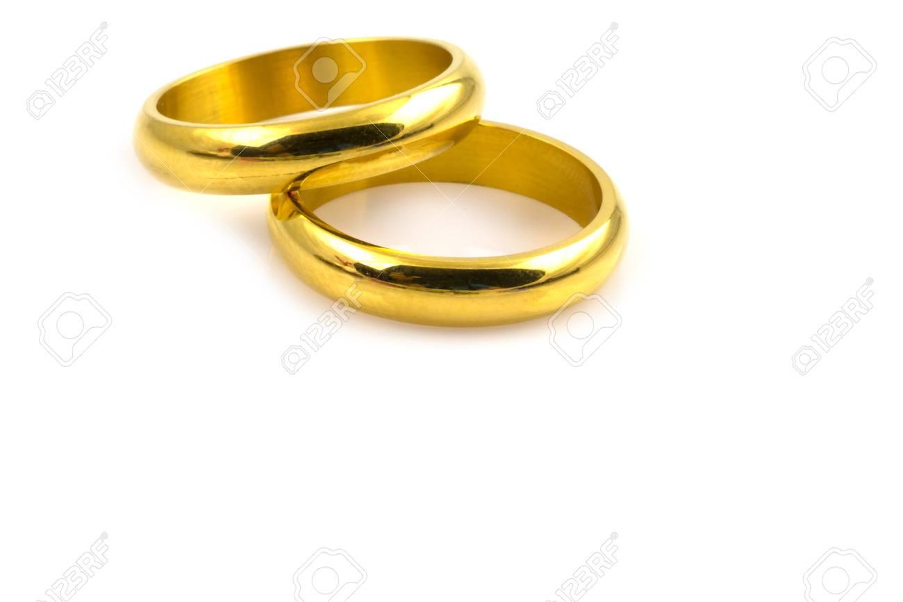 1a5b761139f1 Cerca de dos anillos de oro para la boda aisladas sobre fondo blanco Foto  de archivo
