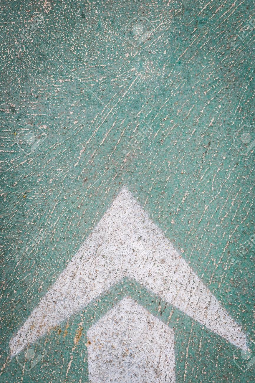 Flèche Blanche Sur La Peinture Verte Sol En Béton Fond Banque D