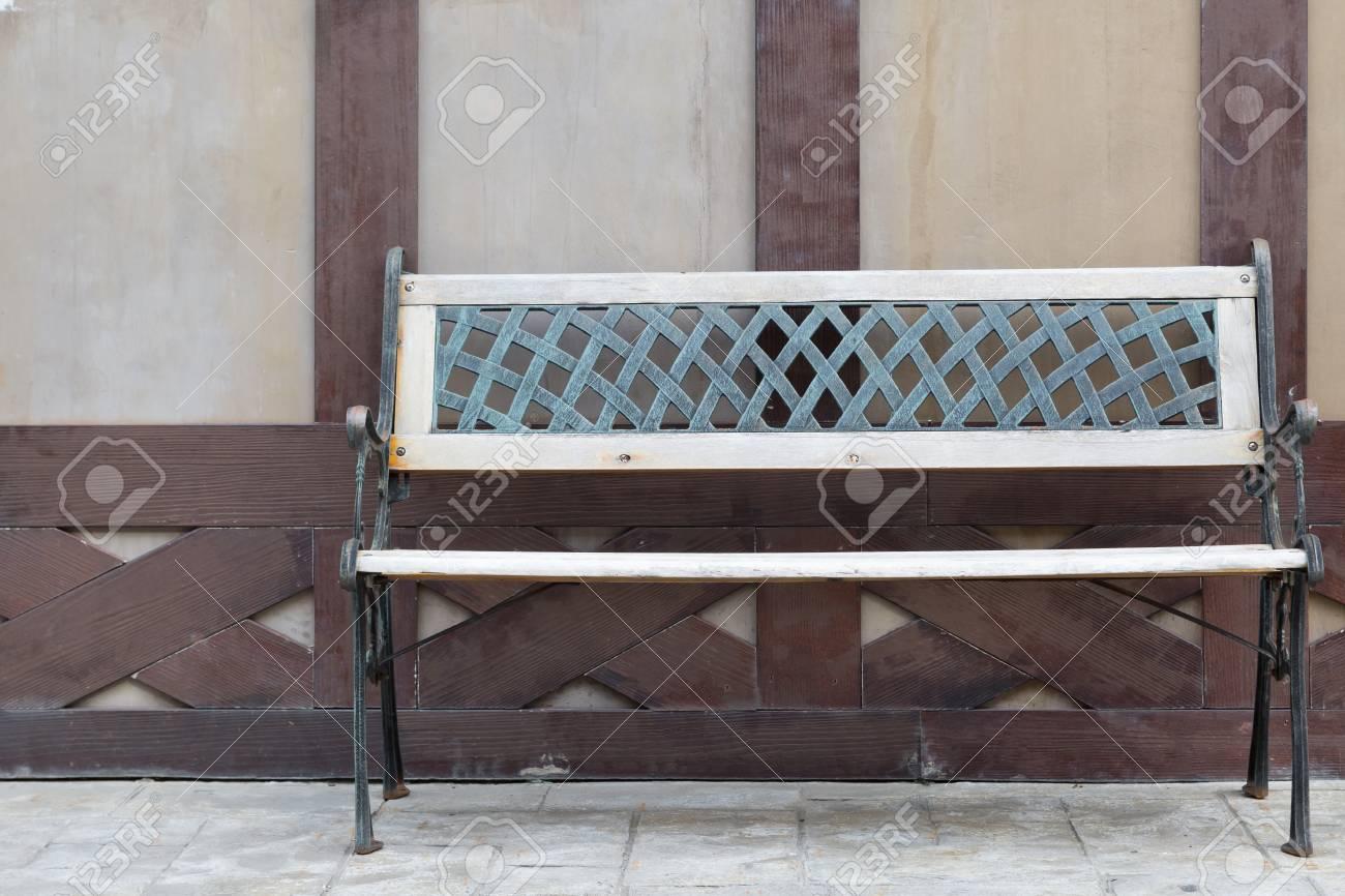 Sedie Depoca : Sedia di legno depoca con il vecchio fondo di legno foto royalty